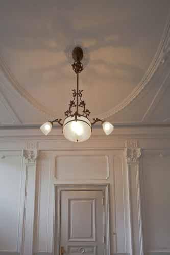 ... , antieke hanglamp met grote bol en 2 kapjes schuin beneden schijnend