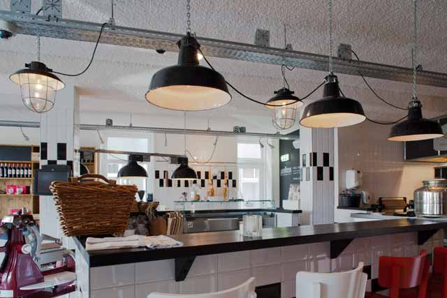 Industriele Keuken Tweedehands : Restaurant & Deli Keuken, Utrecht. Industri?le kappen met langwerpig