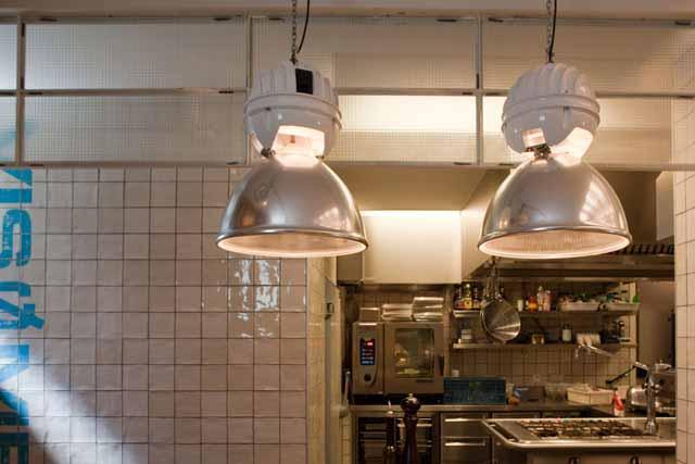 Grote Hanglamp Keuken : Industri?le hanglampen met holophane glazen binnenkappen uit de USA.